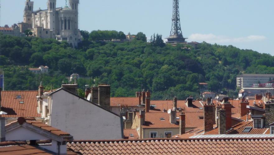 Vue de la colline de Fourvière depuis un appartement