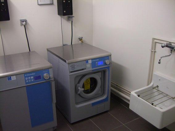 laverie avec prêt d'aspirateur, table et fer à repasser