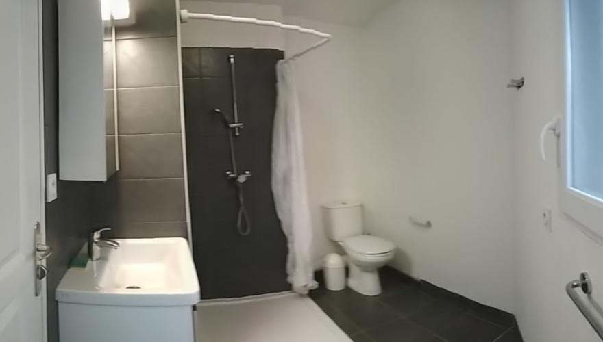 Salle de bain en T2 colocation